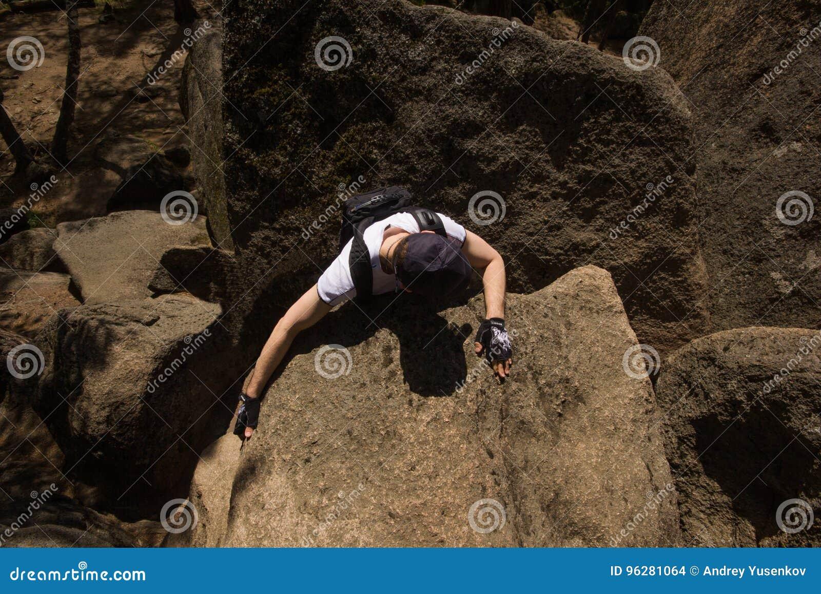 Το άτομο αναρριχείται σε έναν βράχο