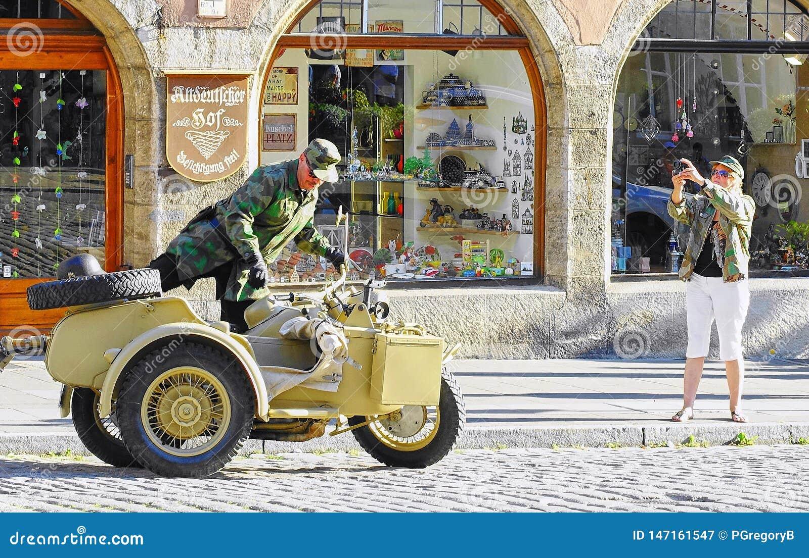 Το άτομο αναρριχείται στην εκλεκτής ποιότητας μοτοσικλέτα & την καρότσα Δεύτερου Παγκόσμιου Πολέμου
