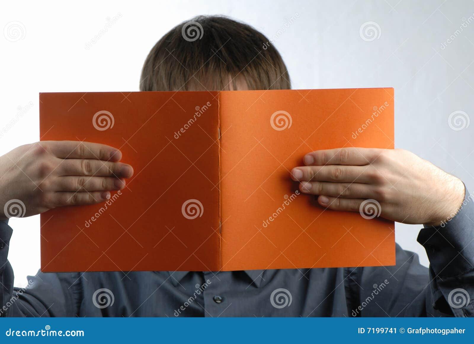 το άτομο διαβάζει