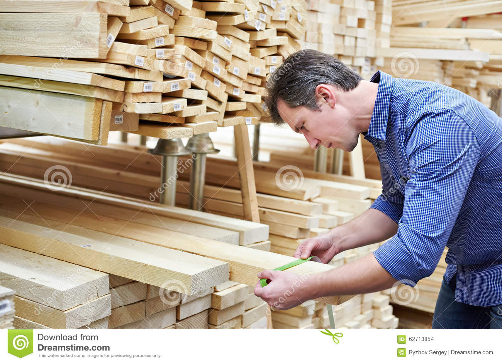 Το άτομο επιλέγει τους πίνακες για την κατασκευή στο κατάστημα