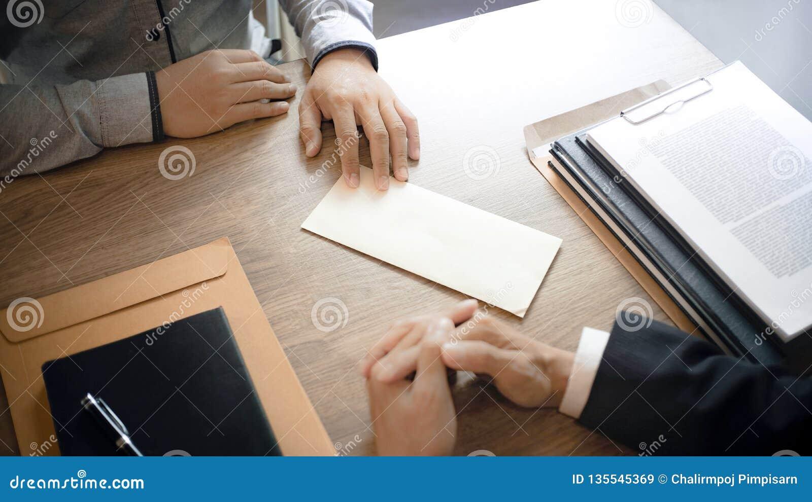 Το άτομο με το γράμμα παραίτησης για εγκατέλειψε μια εργασία στο διευθυντή του ανθρώπινου δυναμικού