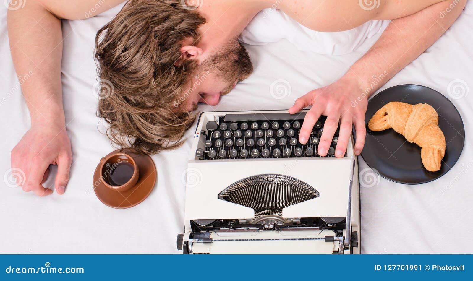 Το άτομο νυσταλέο βάζει τα κλινοσκεπάσματα ενώ εργασία Ο συγγραφέας χρησιμοποίησε την ντεμοντέ γραφομηχανή Πτώση Workaholic κοιμι