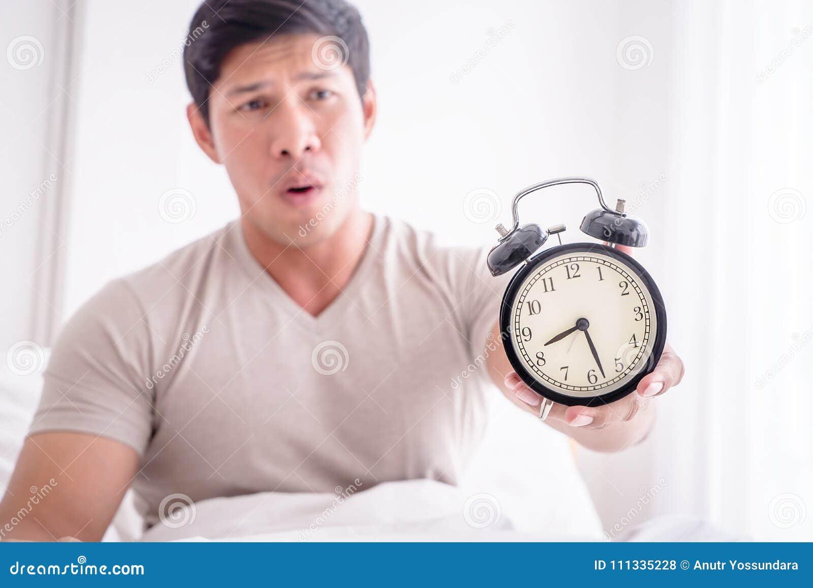Το άτομο ξύπνησε αργά και παρουσιάζει ξυπνητήρι στη κάμερα