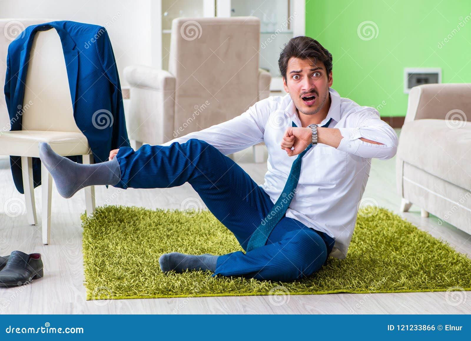 Το άτομο που ντύνει επάνω και αργά για την εργασία