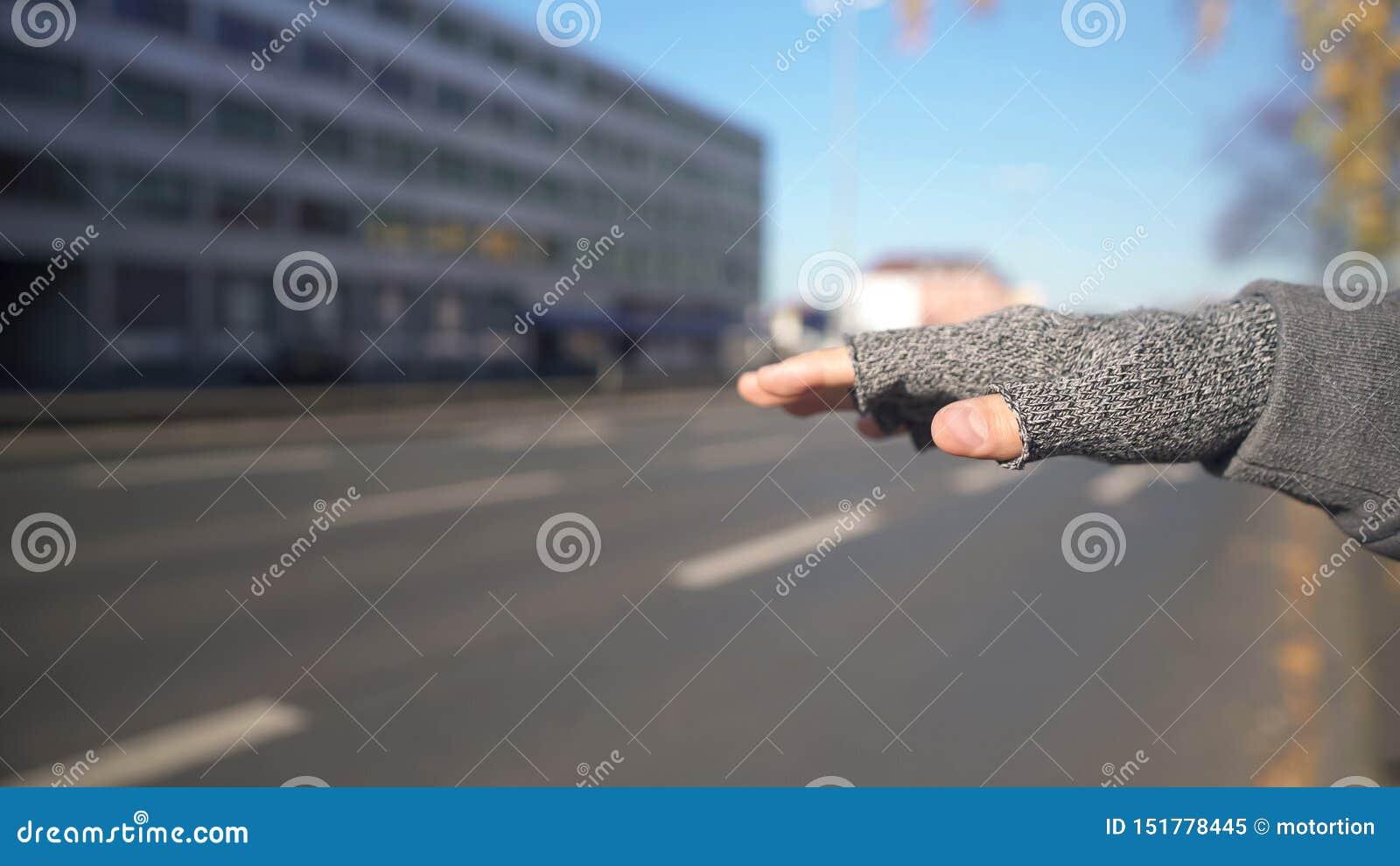 Το άτομο που πιάνει το αυτοκίνητο, φτηνός τρόπος, επισφαλής κίνδυνος ταξιδιών, δίνει κοντά επάνω
