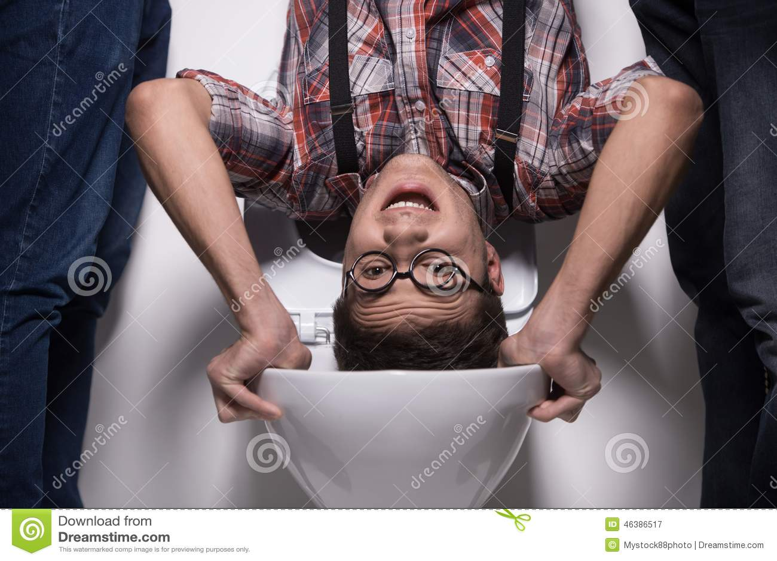 Το άτομο στέκεται την άνω πλευρά - κάτω στο κύπελλο τουαλετών