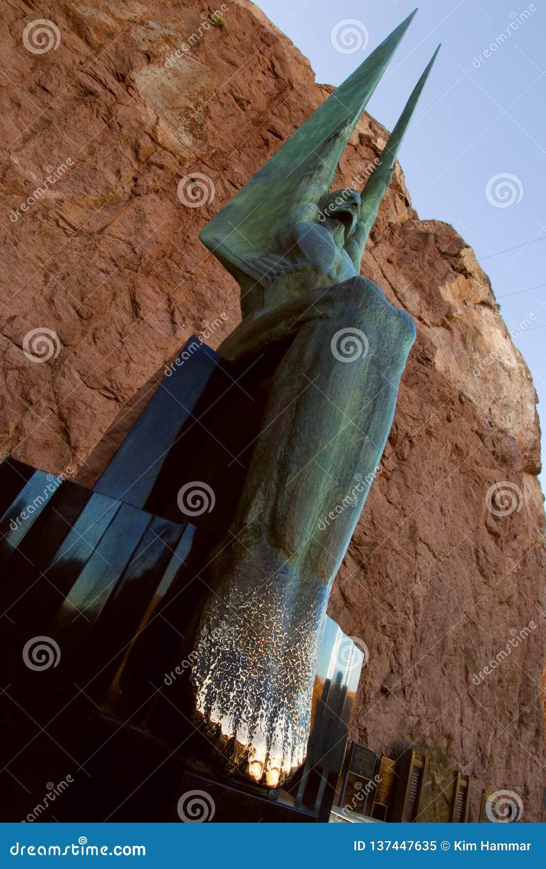 Το ένα από δύο επιχαλκώνει τους φτερωτούς αριθμούς των αγαλμάτων Δημοκρατίας εξωραΐζει το φράγμα Hoover