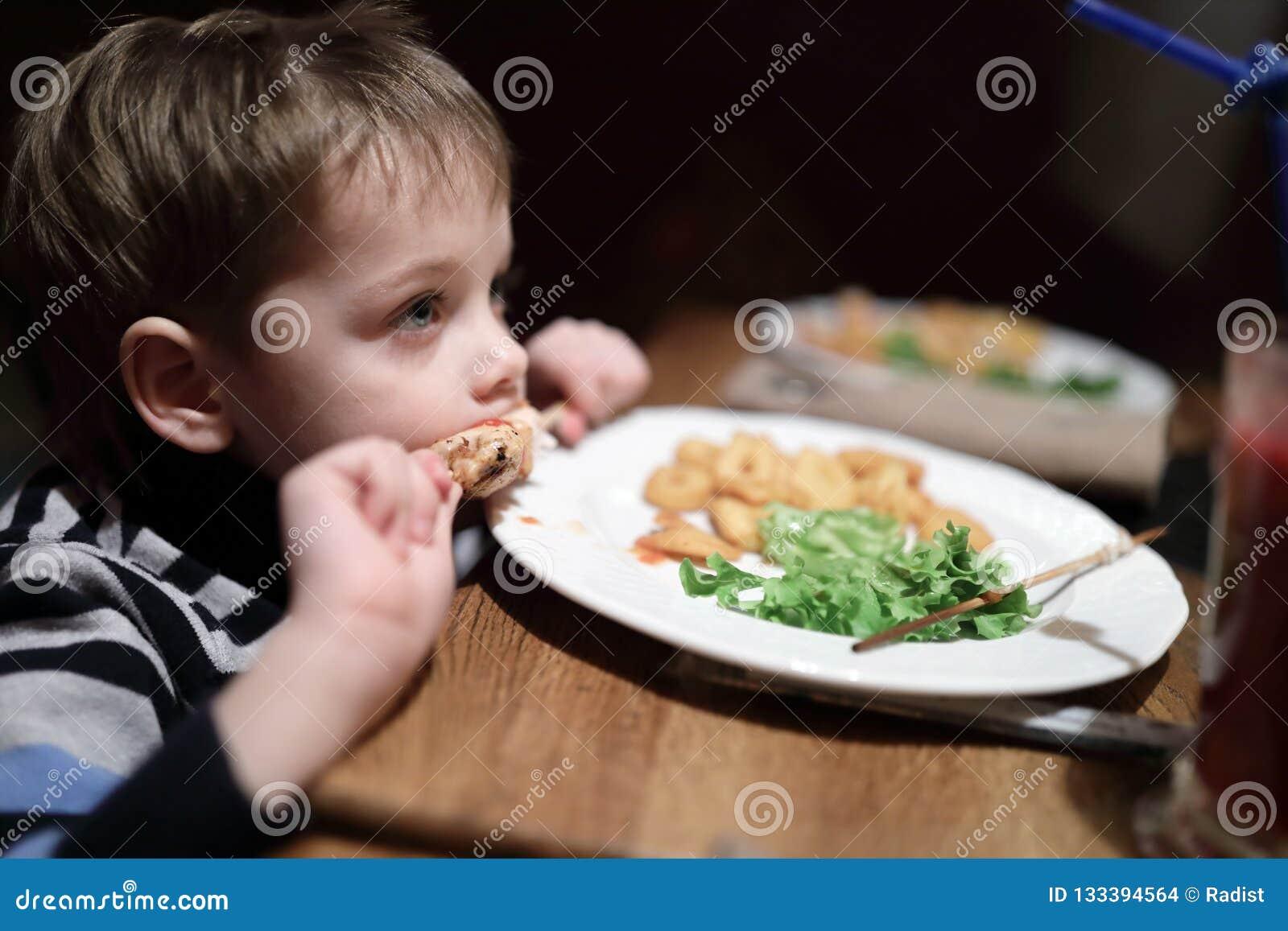 Το αγόρι έχει kebab στο οβελίδιο