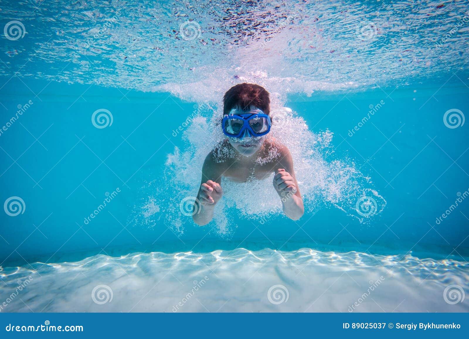 Το αγόρι βουτά στην πισίνα