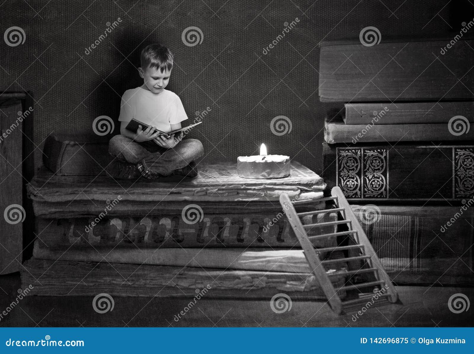 Το αγόρι κάθεται στα μεγάλα βιβλία Μια ξύλινη σκάλα οδηγεί σε έναν σωρό των βιβλίων