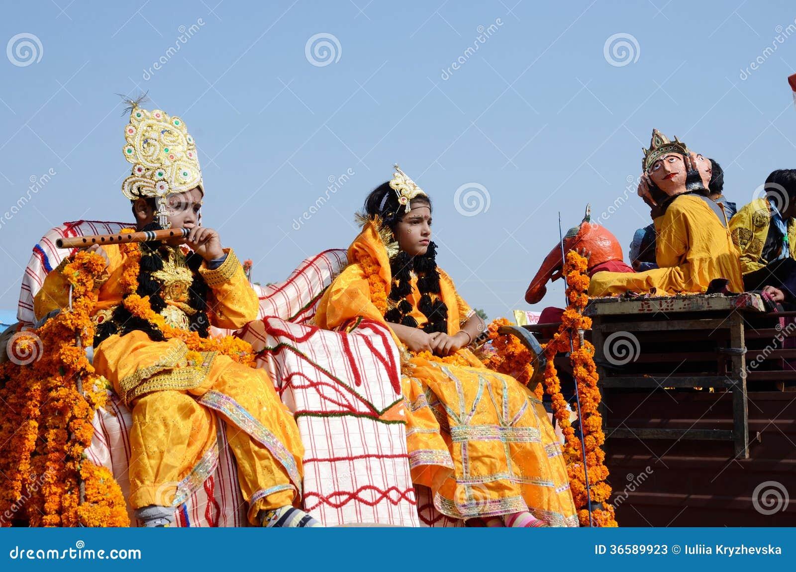 Το αγόρι και το κορίτσι έντυσαν ως Λόρδος Krishna και σύζυγός του Rukmini στην έκθεση βοοειδών Pushkar, Rajasthan, Ινδία