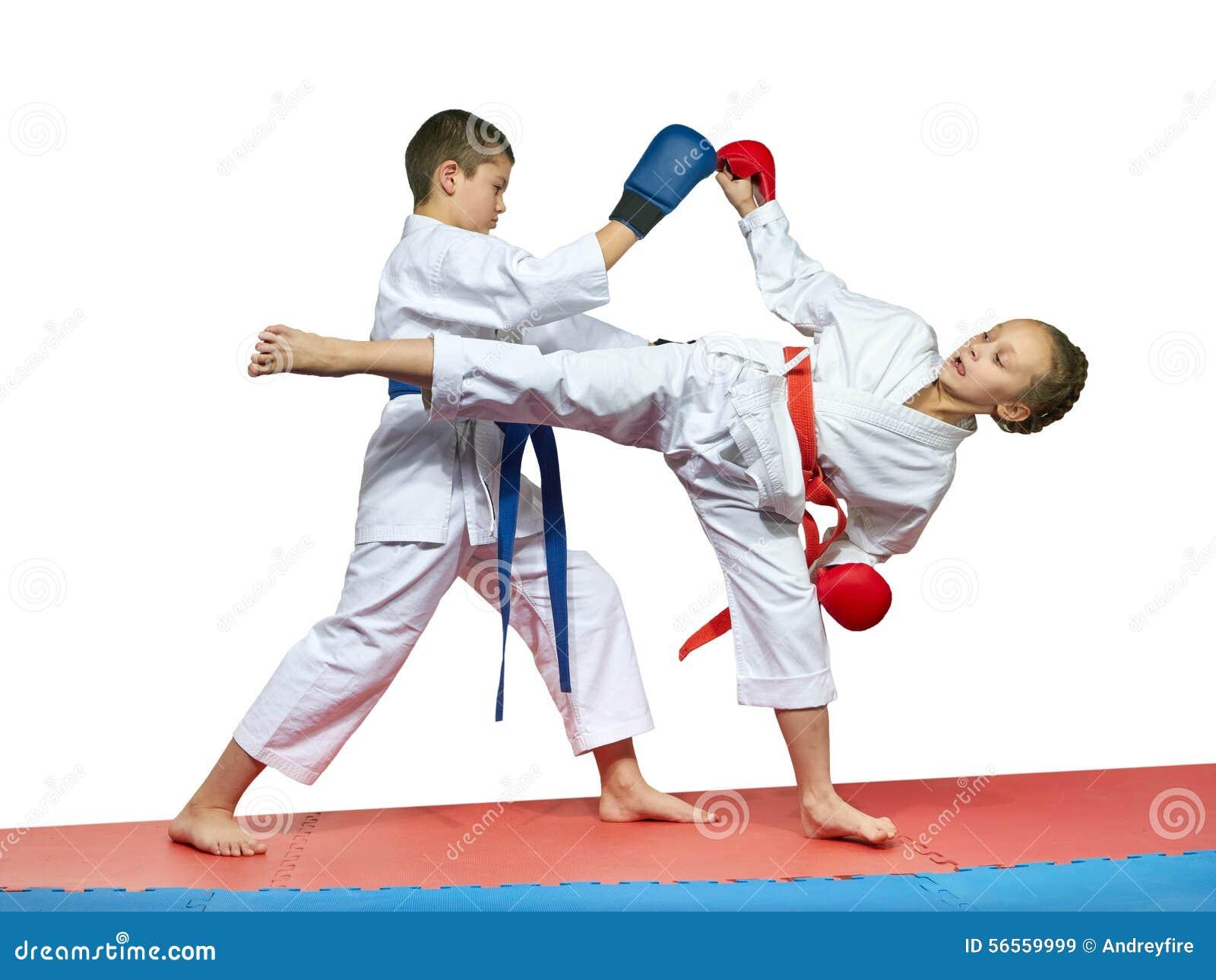 Download Το αγόρι και το κορίτσι στο Karategi εκπαιδεύουν τις ταξινομημένες κατά ζεύγος ασκήσεις KarateBoy και το κορίτσι στο Karategi εκπ Στοκ Εικόνα - εικόνα από ύφος, κόκκινος: 56559999