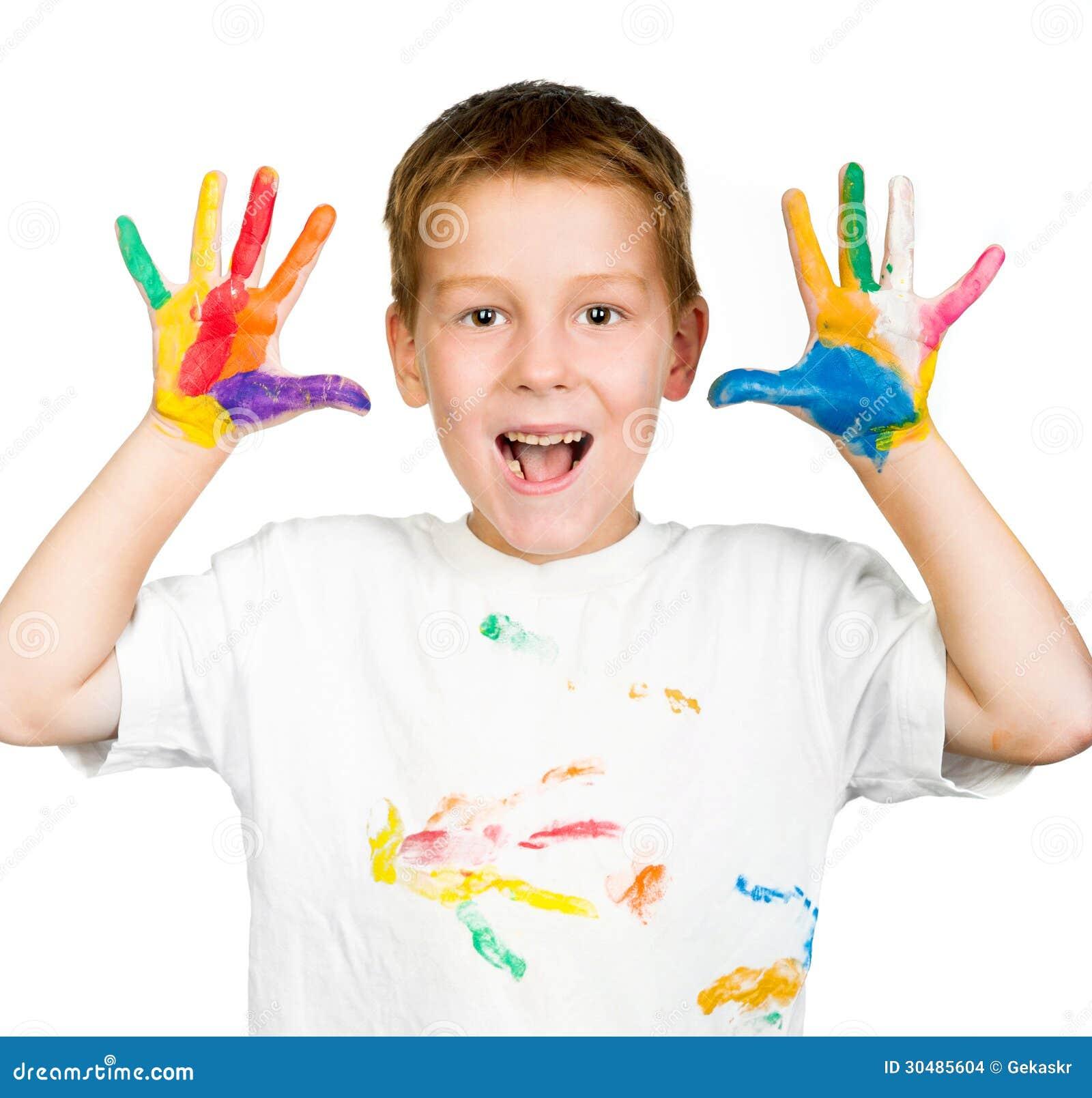 Το αγόρι παρουσιάζει χέρια του που χρωματίζονται με το χρώμα