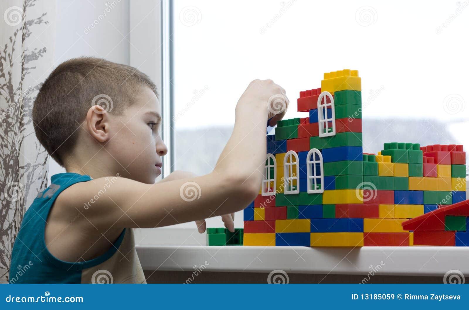 το αγόρι χτίζει το σπίτι