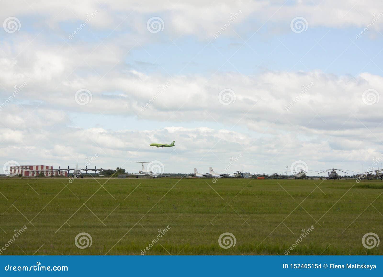 Το αεροδρόμιο, υπάρχουν ελικόπτερα και αεροπλάνα