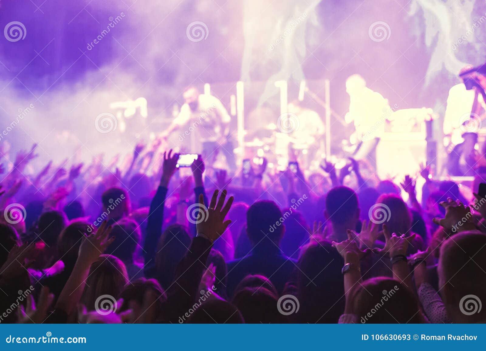 Το ακροατήριο που προσέχει τη συναυλία στη σκηνή