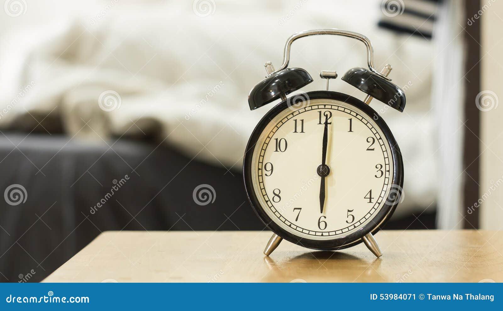 Το αναδρομικό μαύρο ξυπνητήρι παρουσιάζει 6 η ώρα το πρωί