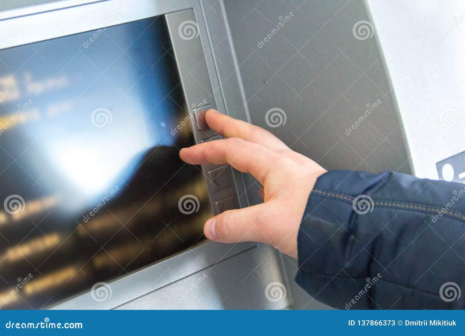 Το ανθρώπινο χέρι πιέζει τα κουμπιά στο πληκτρολόγιο της μηχανής μετρητών
