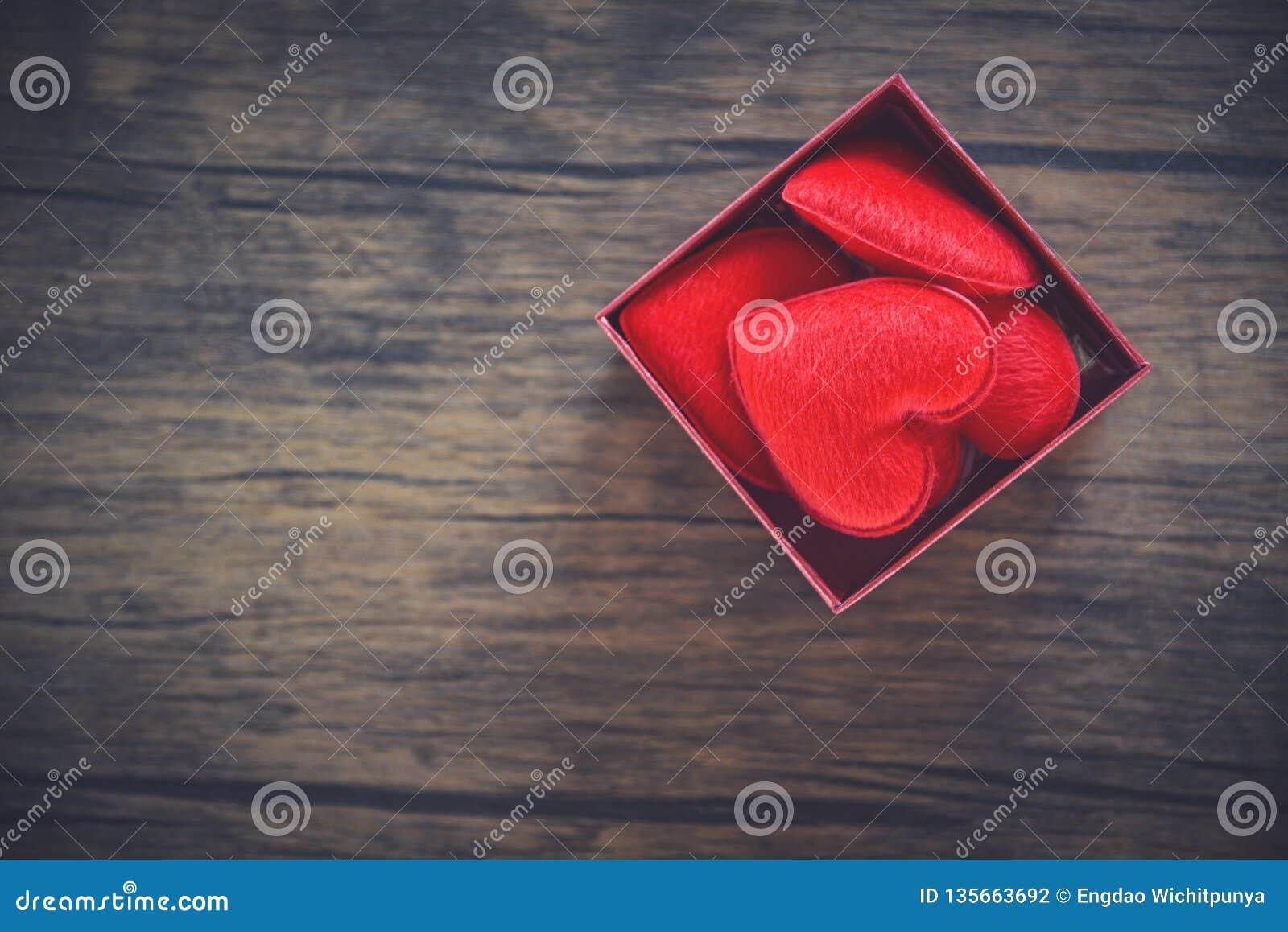 Το ανοικτό κιβώτιο δώρων και η κόκκινη καρδιά στο αιφνιδιαστικό κόκκινο κιβωτίων παρουσιάζουν το κιβώτιο με την πλήρη καρδιά για