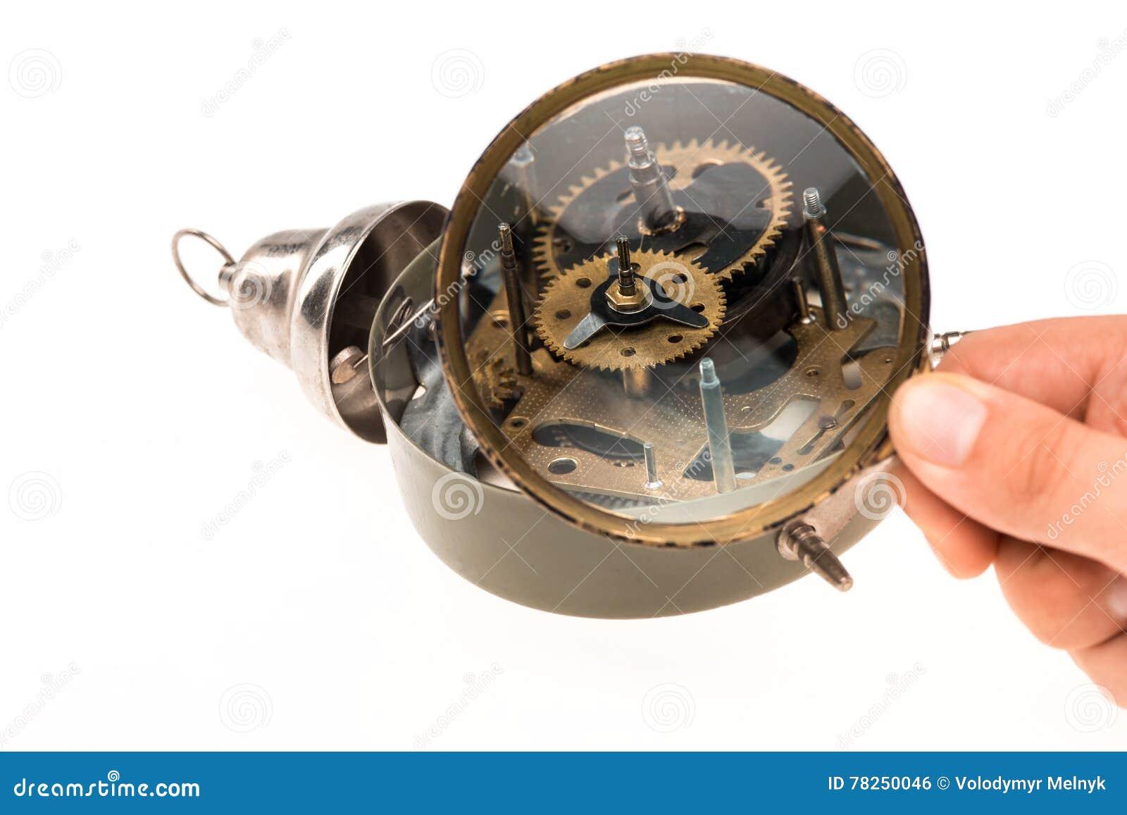Το αρσενικό χέρι με πιό magnifier και το μηχανισμό
