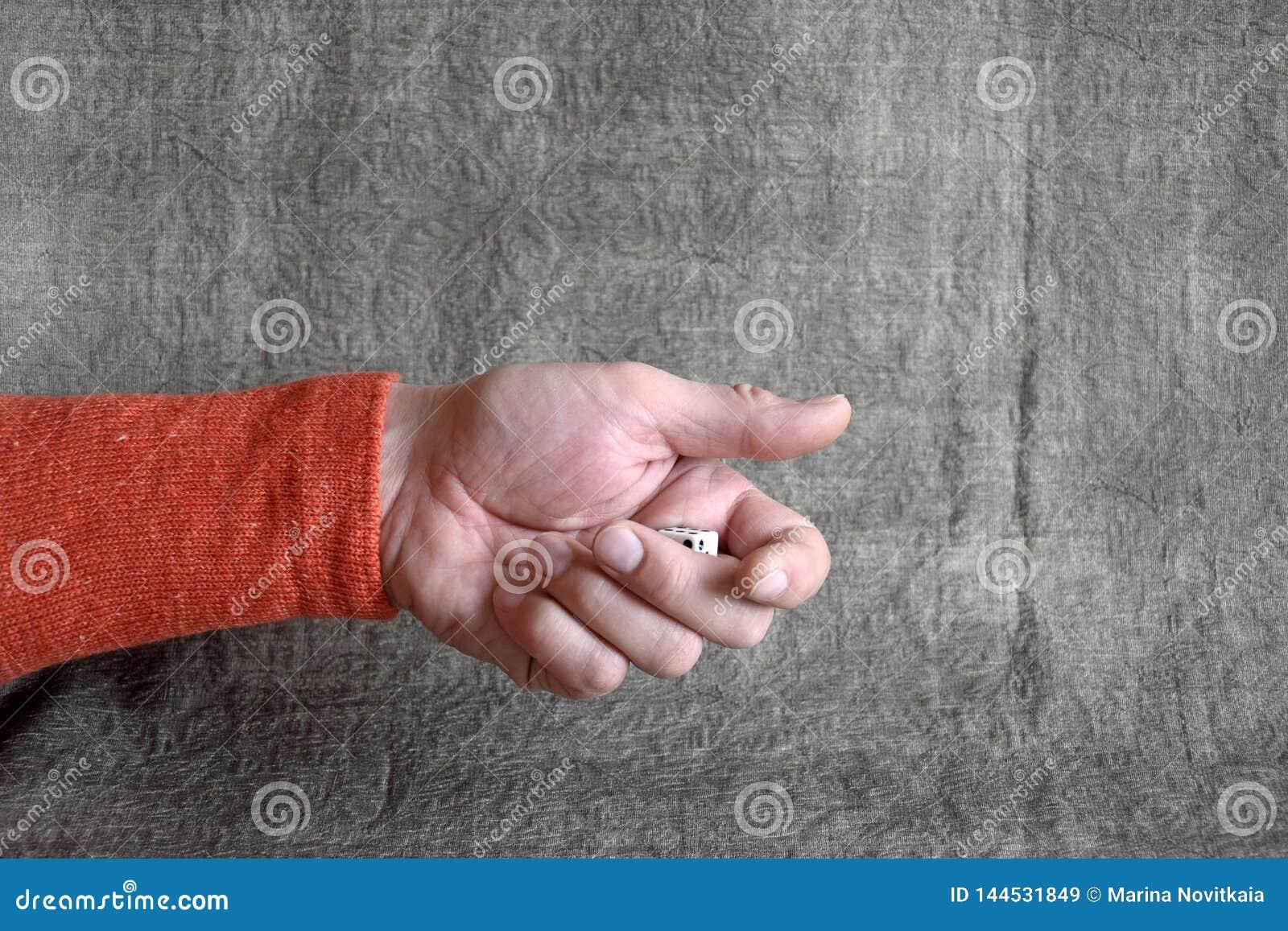 Το αρσενικό χέρι, που ρίχνει το τυχερό παιχνίδι χωρίζει σε τετράγωνα