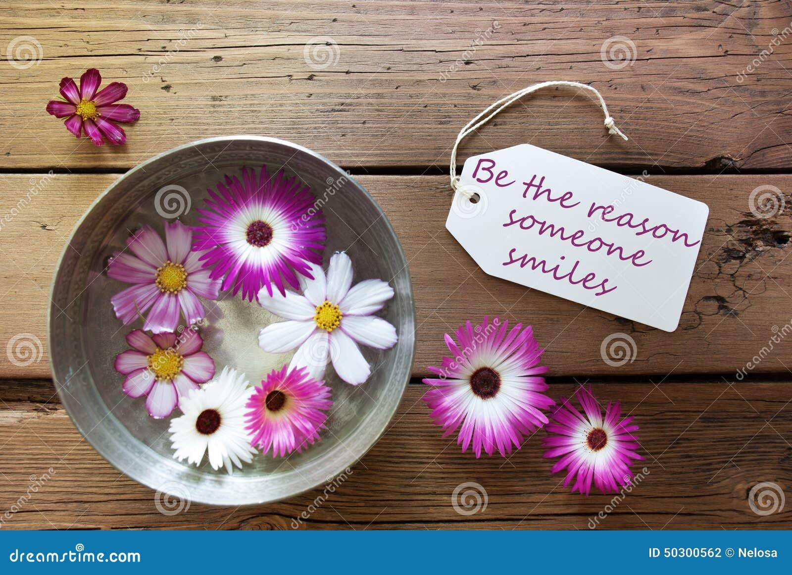 Το ασημένιο κύπελλο με τα άνθη Cosmea με το απόσπασμα ζωής είναι ο λόγος που κάποιος χαμογελά
