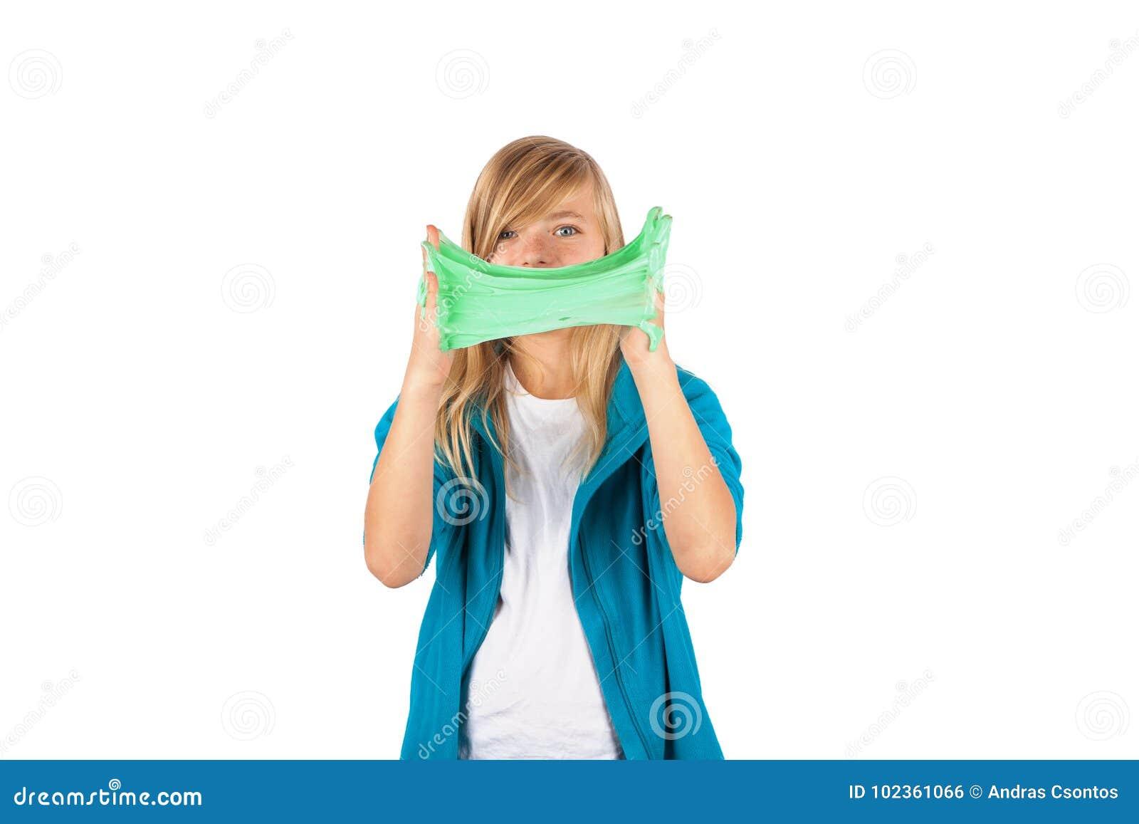 Το αστείο κορίτσι που κρατά πράσινο slime μοιάζει με το gunk μπροστά από το φ της