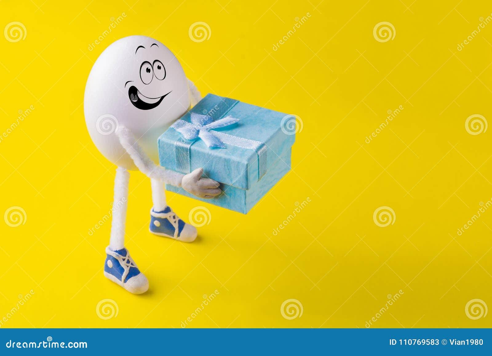 Το αστείο μικροσκοπικό αγόρι αυγών Πάσχας δίνει ένα παρόν