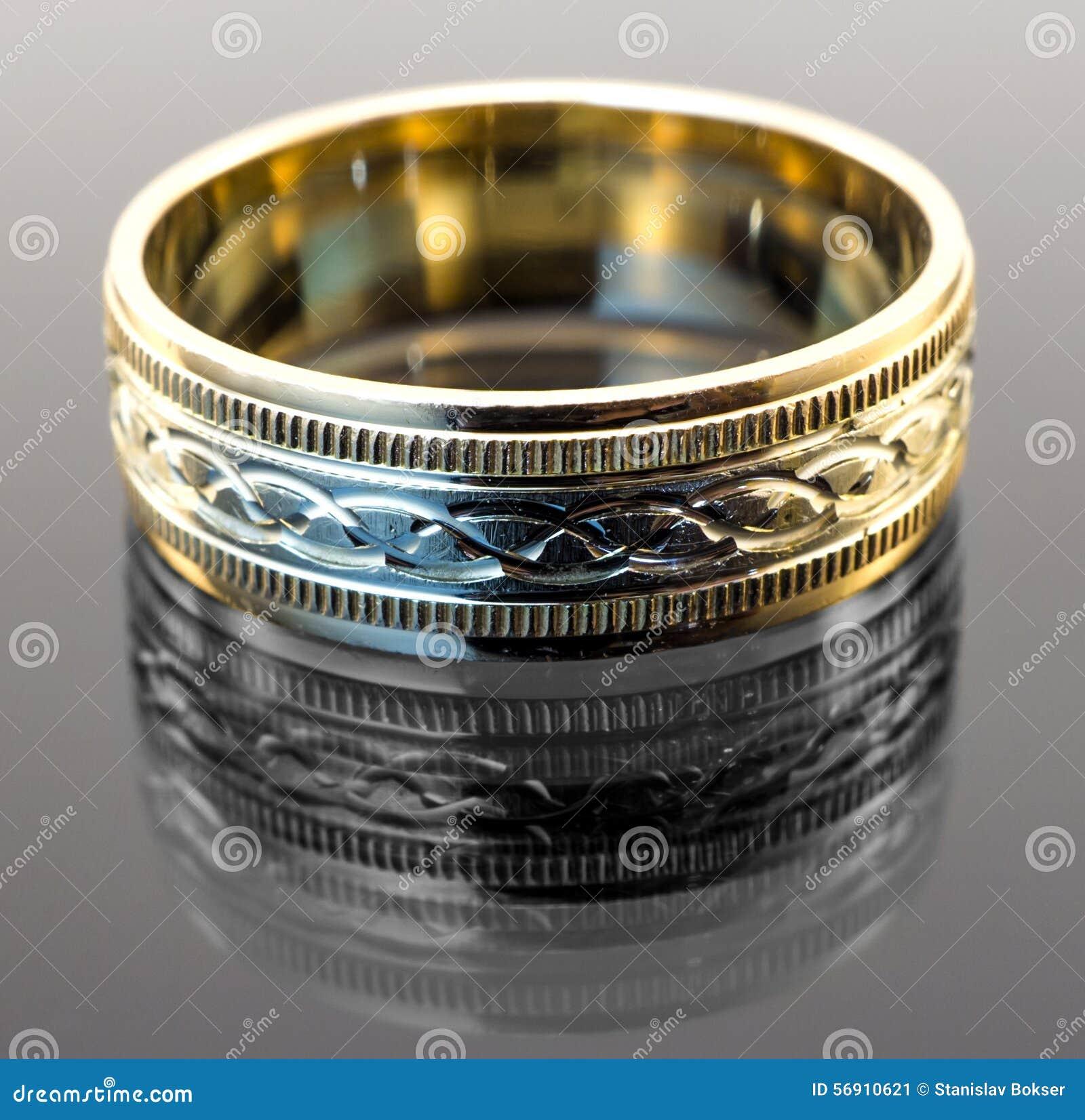 Το δαχτυλίδι αρραβώνων στον άσπρο και κίτρινο χρυσό