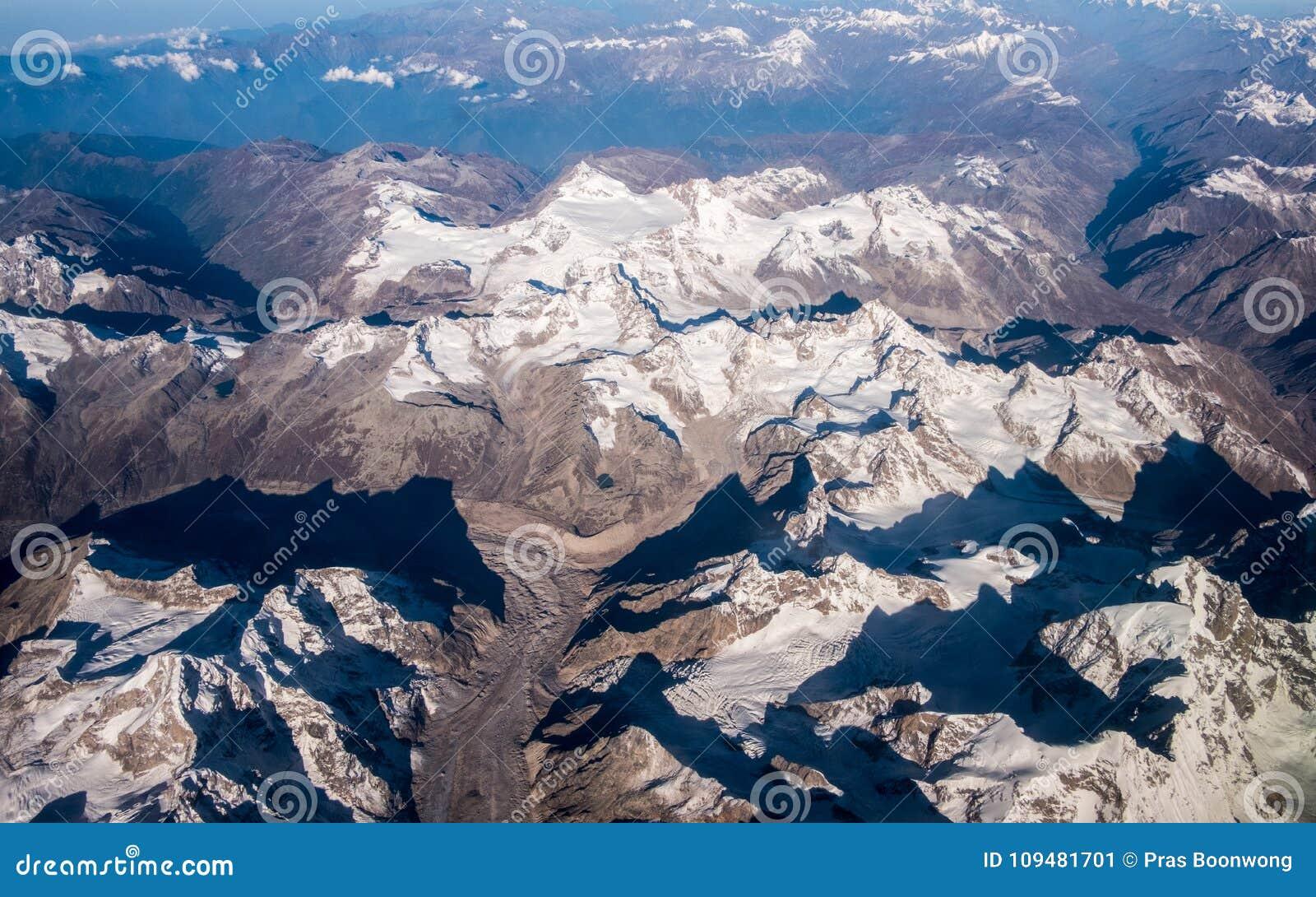 Το βουνό και ο μπλε ουρανός του Ιμαλαίαυ