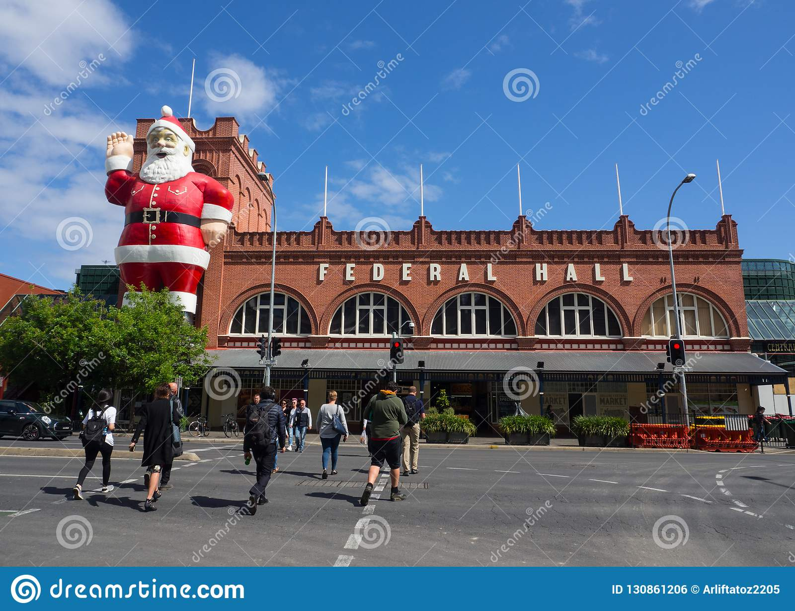 Το γιγαντιαίο γλυπτό Άγιου Βασίλη που συνδέεται σε μια οικοδόμηση προσόψεων της κεντρικής αγοράς της Αδελαΐδα, αυτό είναι επίσης