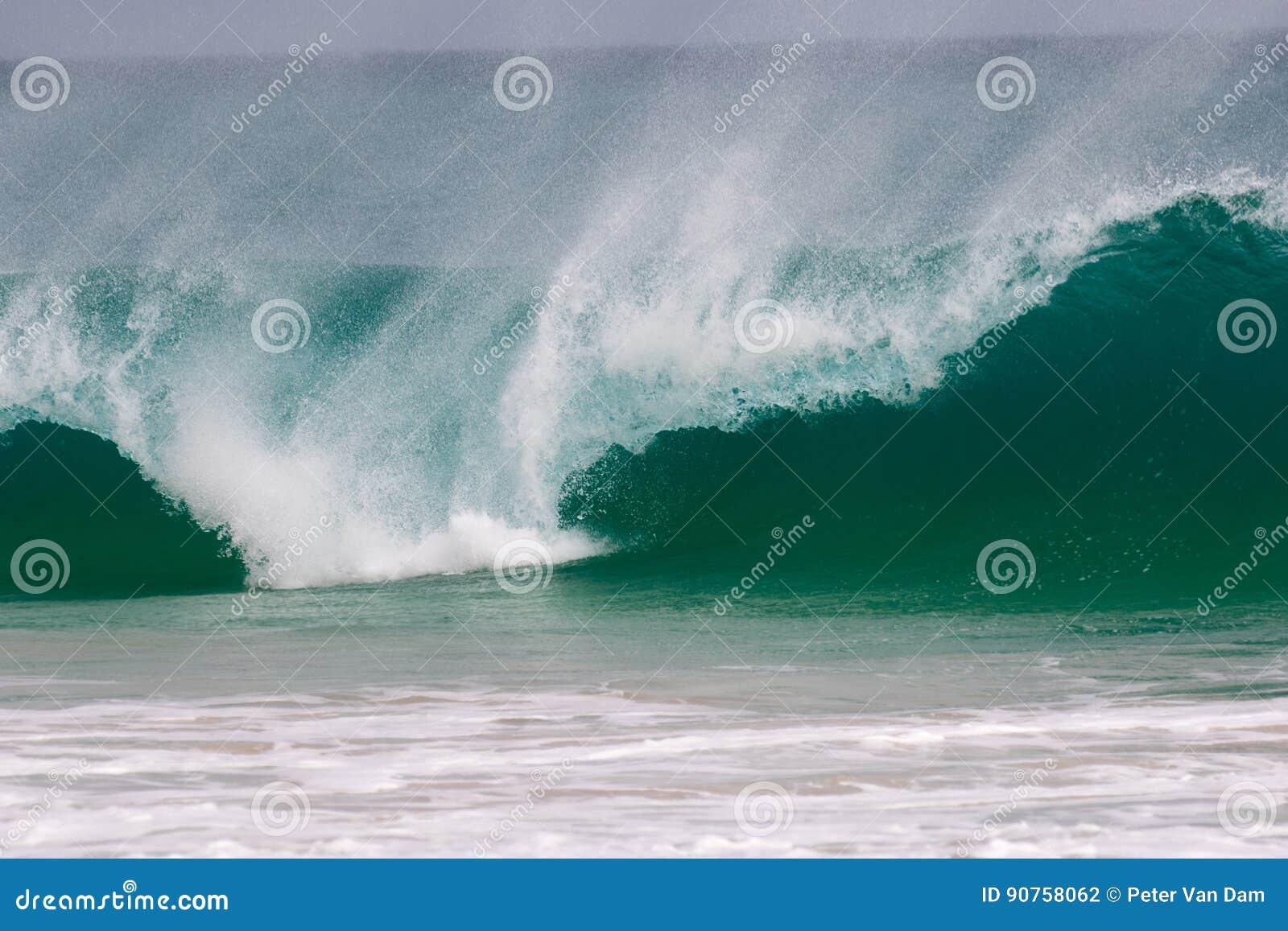 Το γιγαντιαίο κύμα χτυπά την ακτή
