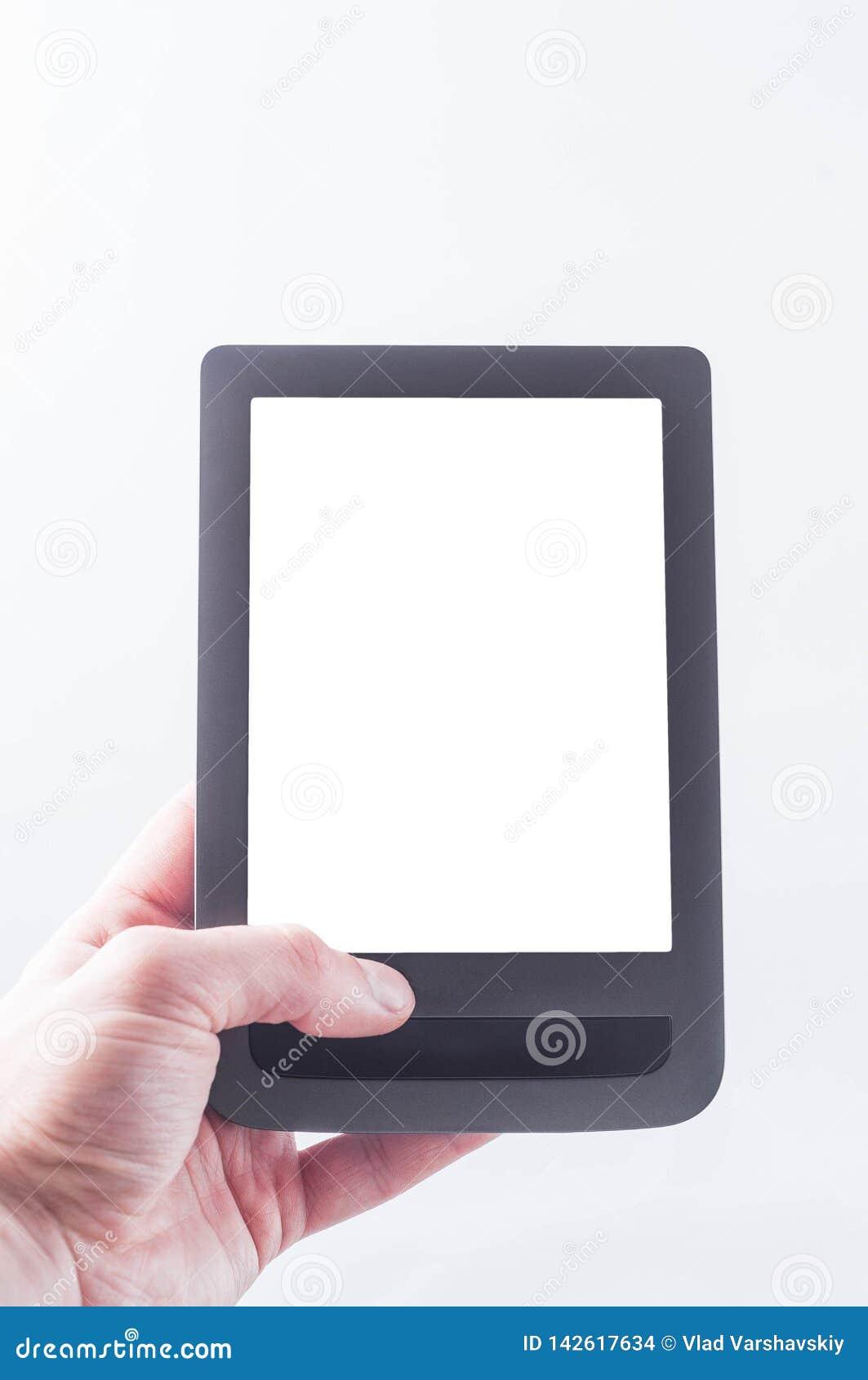 Το γκρίζο eBook υπό εξέταση με το διάστημα στην οθόνη στο πλαίσιο του κειμένου ενθέτων των ειδήσεων σε ένα άσπρο υπόβαθρο, απομον