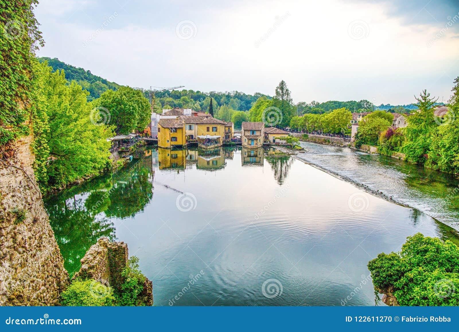Το γραφικό χωριό στην όχθη ποταμού, Borghetto sul Mincio, Βερόνα, Ιταλία, αυτό είναι ένα χωριουδάκι του δήμου Valeggio SU