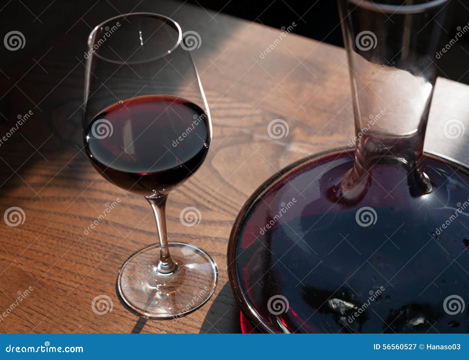 Download Το γυαλί και η καράφα του κόκκινου κρασιού Στοκ Εικόνα - εικόνα από πίνακας, κλασικός: 56560527