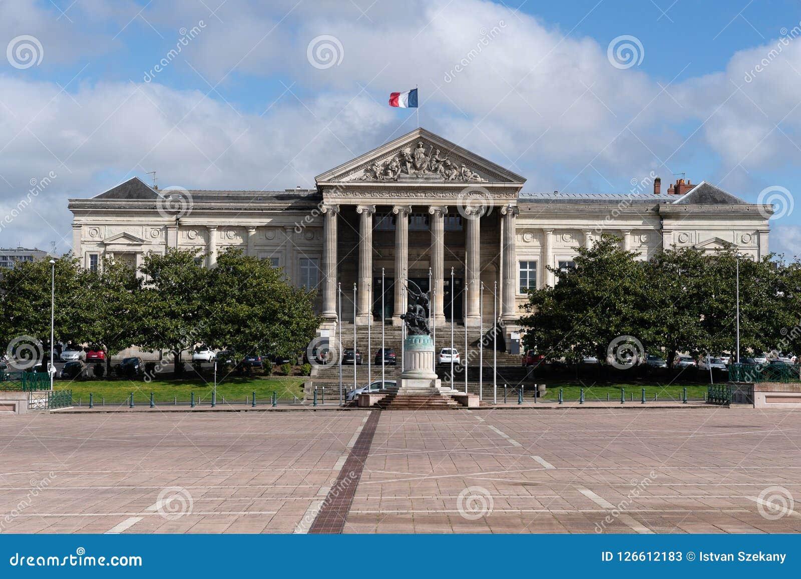 Το δικαστήριο στο μέρος Leclerc στη Angers, και η εργασία άρχισε το 1863 σύμφωνα με τα σχέδια του αρχιτέκτονα Charles-Edmond Isab