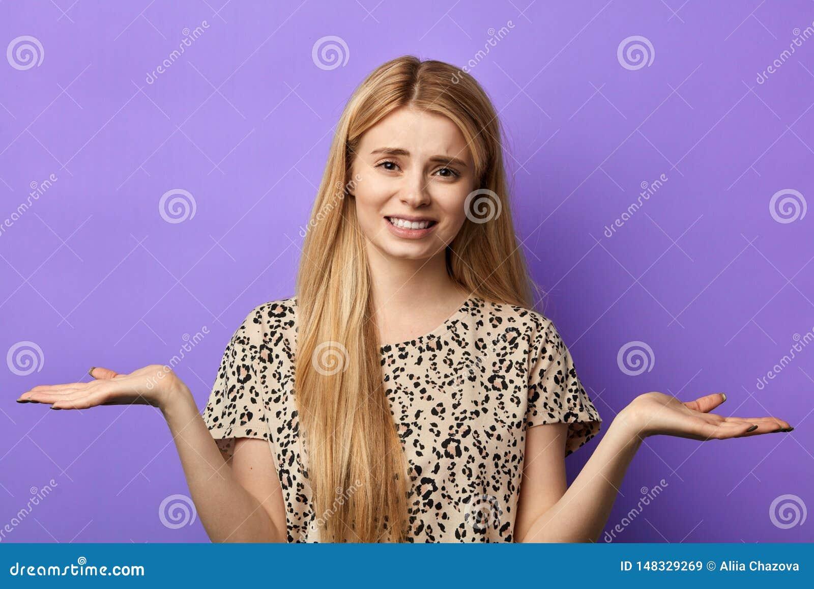 Το δυστυχισμένο συναισθηματικό κορίτσι με τα αυξημένα χέρια δεν ξέρει πώς να λύσει ένα πρόβλημα