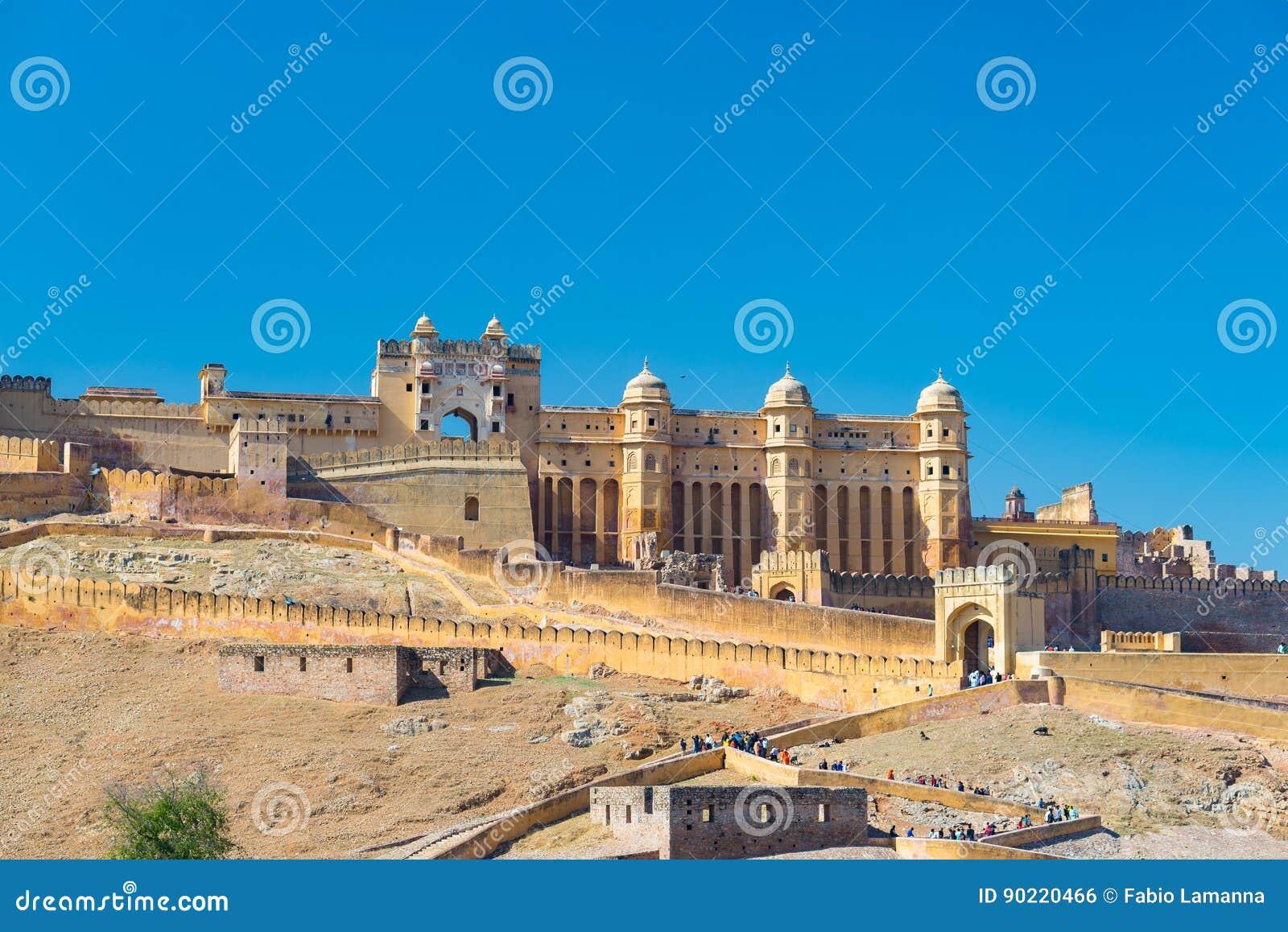 Το εντυπωσιακές τοπίο και η εικονική παράσταση πόλης στο ηλέκτρινο οχυρό,
