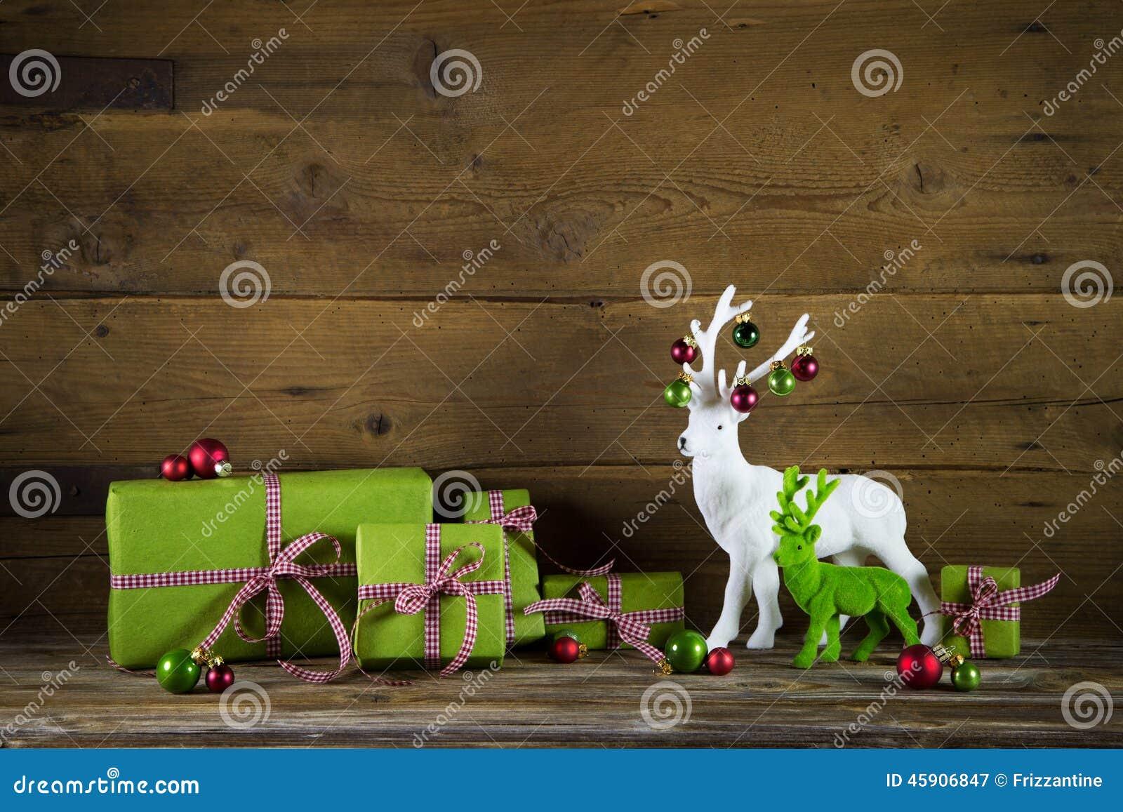 Το εορταστικό υπόβαθρο Χριστουγέννων με παρουσιάζει και τάρανδος στο κόκκινο α