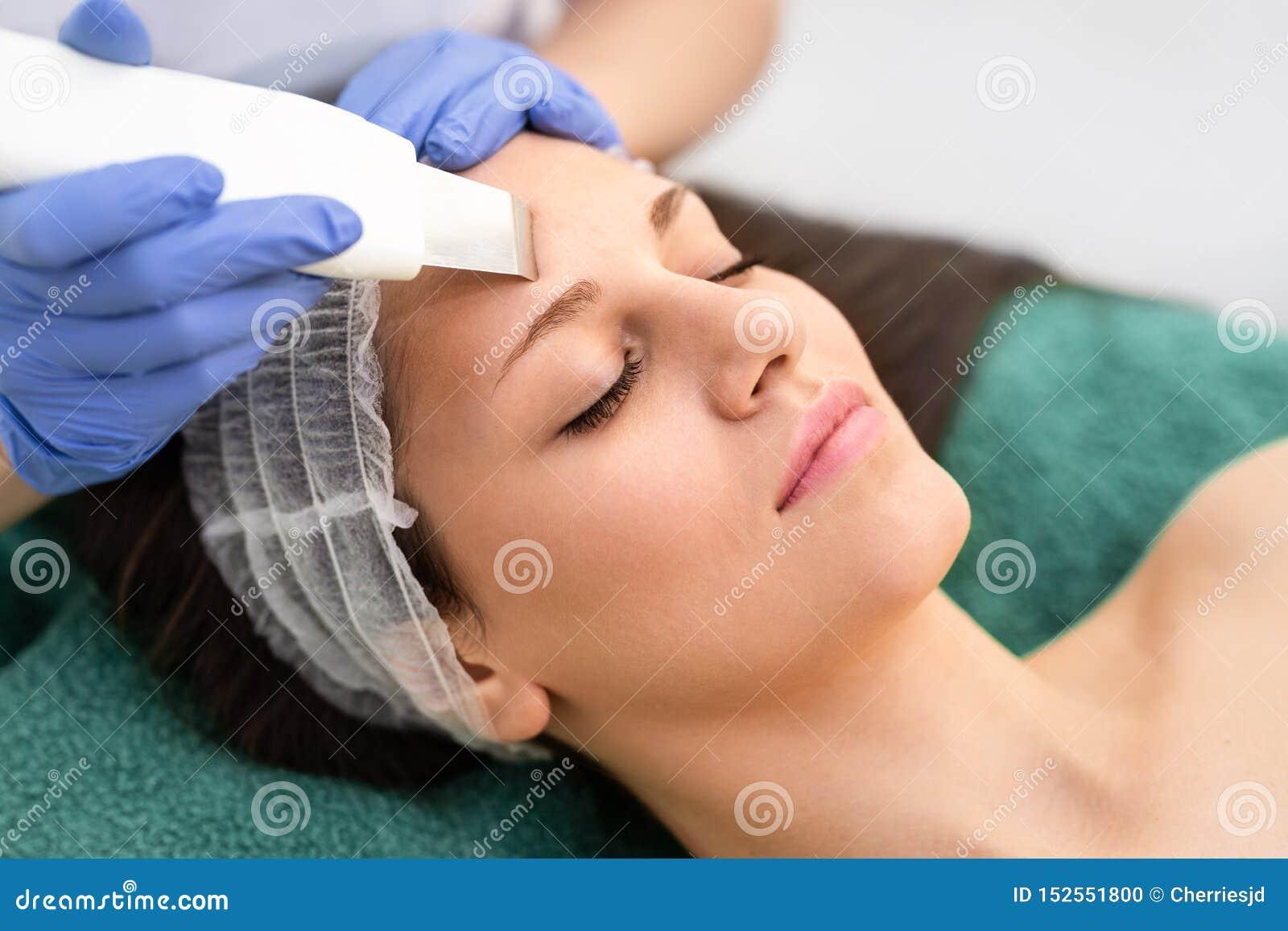 Το επαγγελματικό cosmetologist υποβάλλεται στην του προσώπου επεξεργασία δημιουργίας κοιλότητας