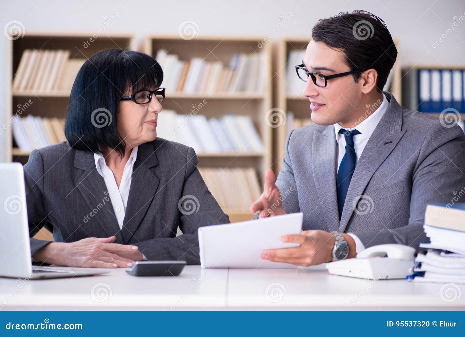 Το επιχειρησιακό ζεύγος που διοργανώνει τη συζήτηση στο γραφείο
