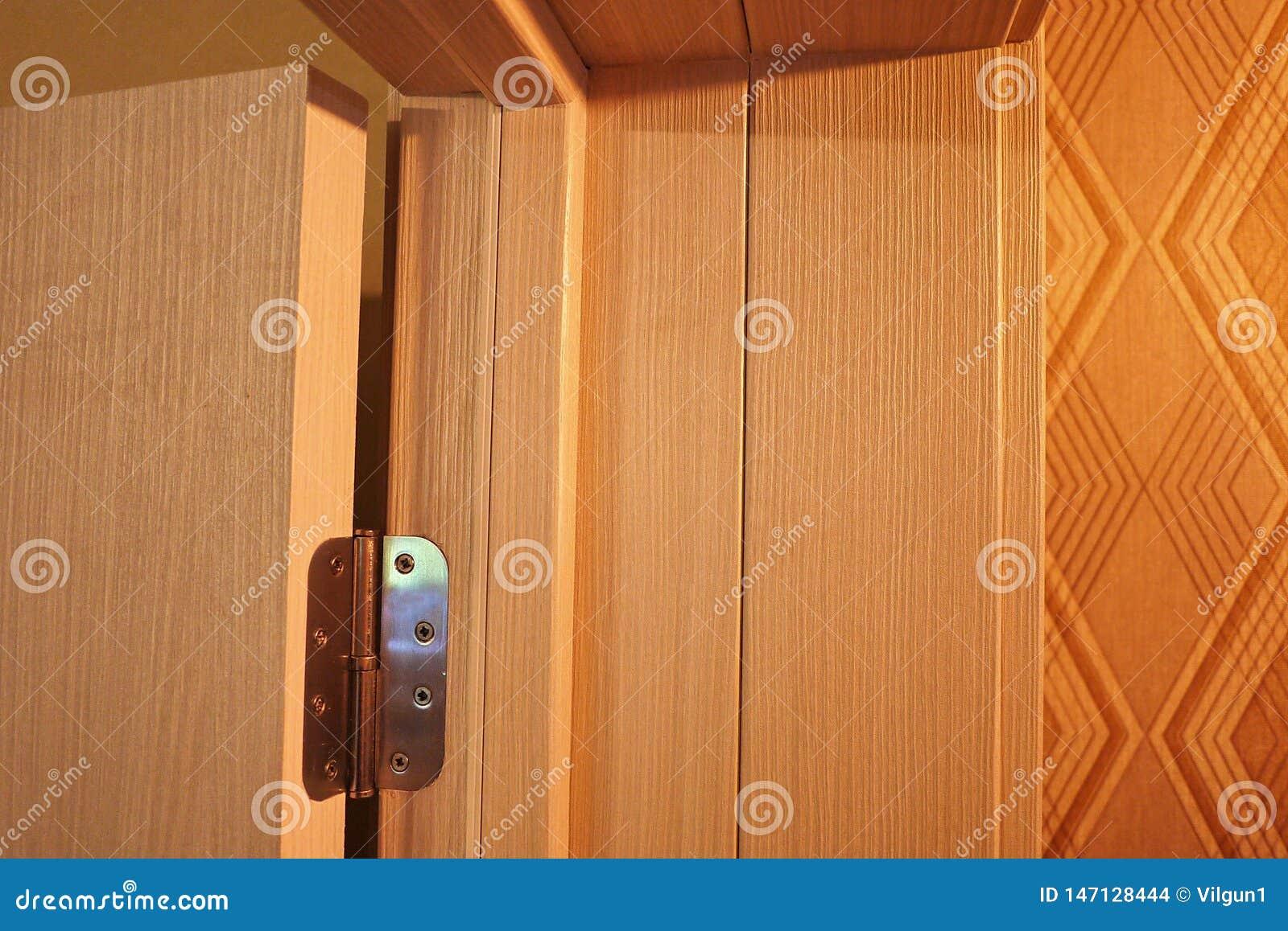 Το εσωτερικό ενός δωματίου που εγκαθίσταται με ένα νέο εσωτερικό πόρτα Η εγκατεστημένη πόρτα συμπληρώνει αρμονικά το εσωτερικό το