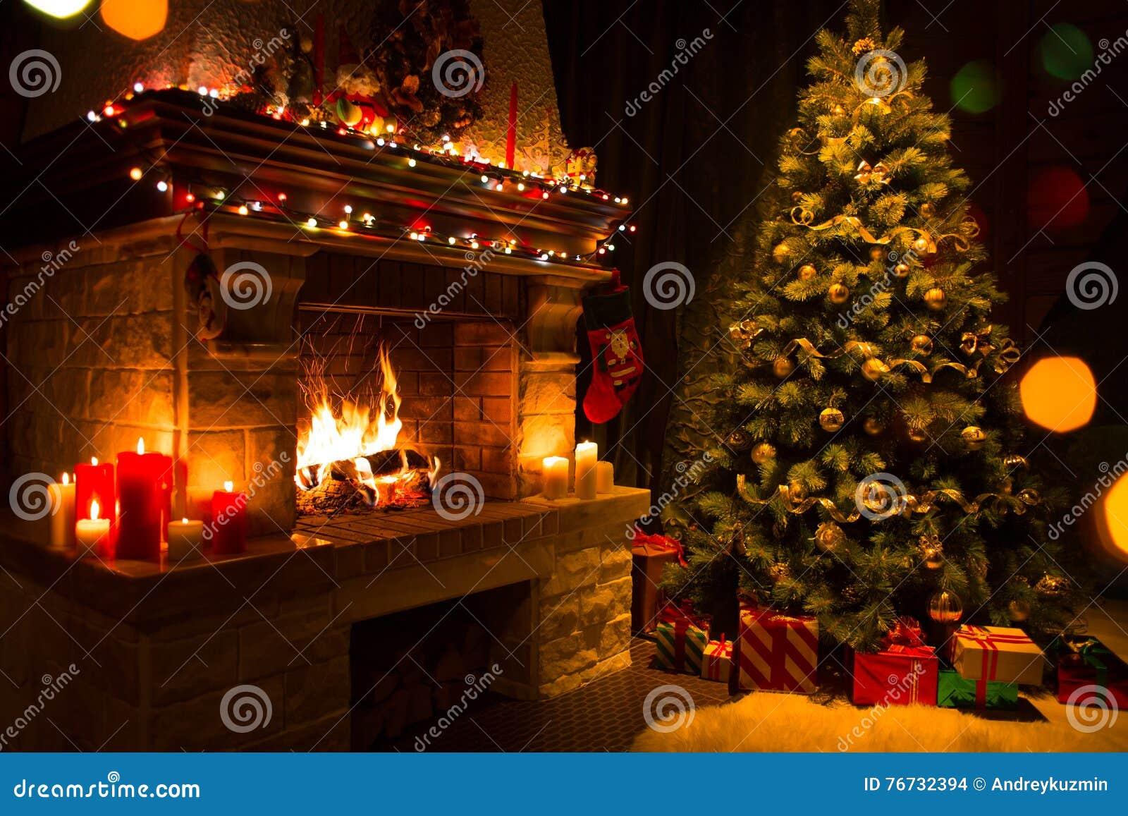 Το εσωτερικό Χριστουγέννων με το δέντρο, παρουσιάζει και εστία