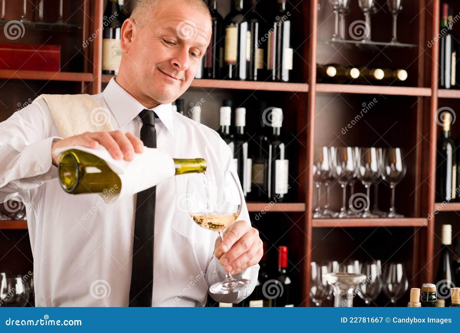 το ευτυχές εστιατόριο γυαλιού εξυπηρετεί το κρασί σερβιτόρων