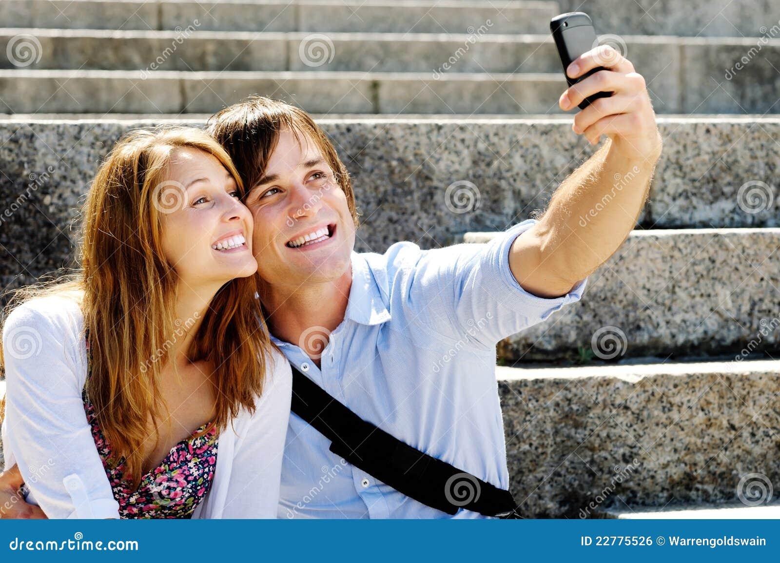 Το ευτυχές ζεύγος παίρνει ένα μόνος-πορτρέτο στο smartphone