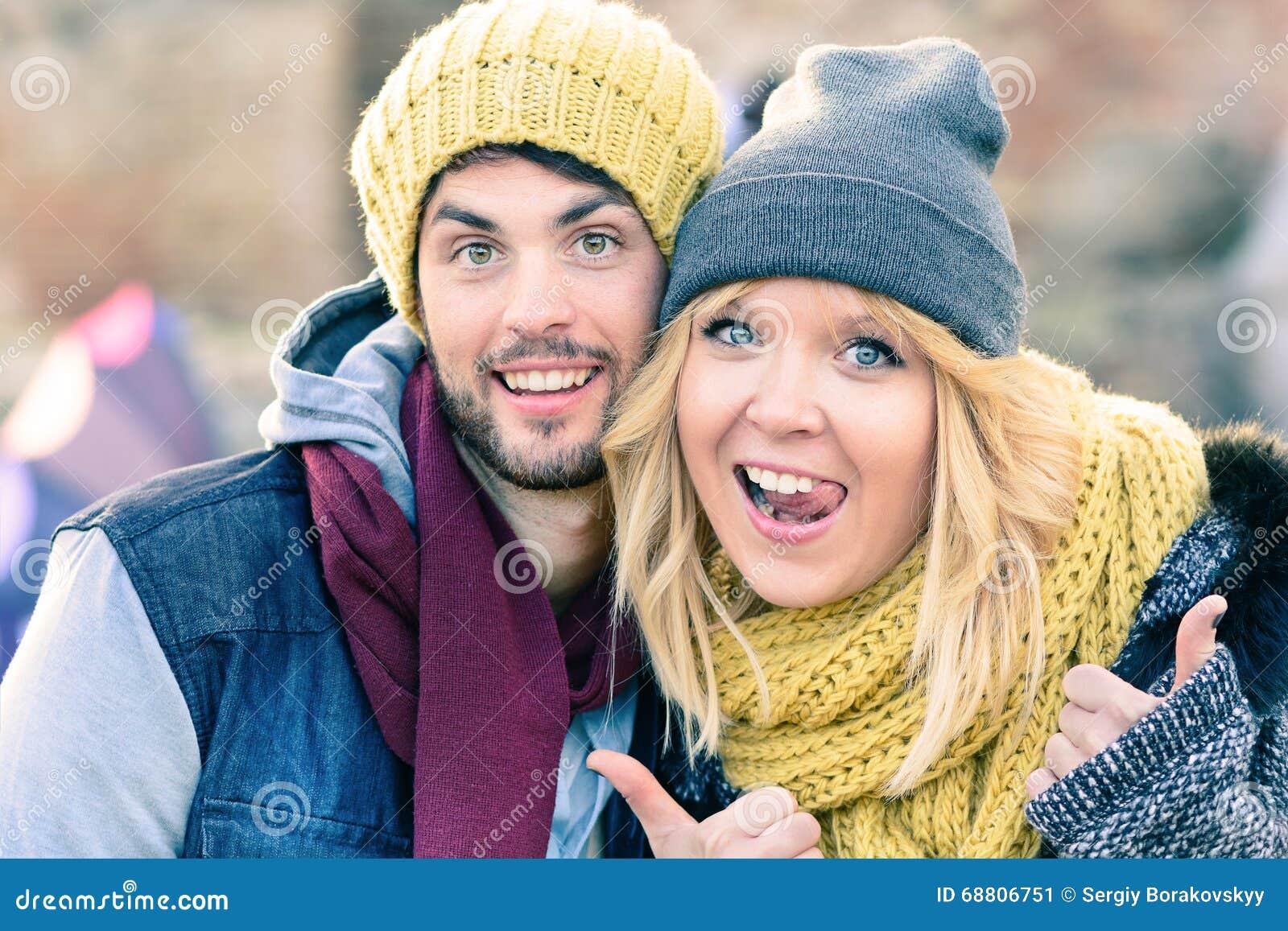 Το ευτυχές ζεύγος hipster ερωτευμένο παίρνει μια φωτογραφία selfie κατά τη διάρκεια της ηλιόλουστης ημέρας το φθινόπωρο Καλύτεροι