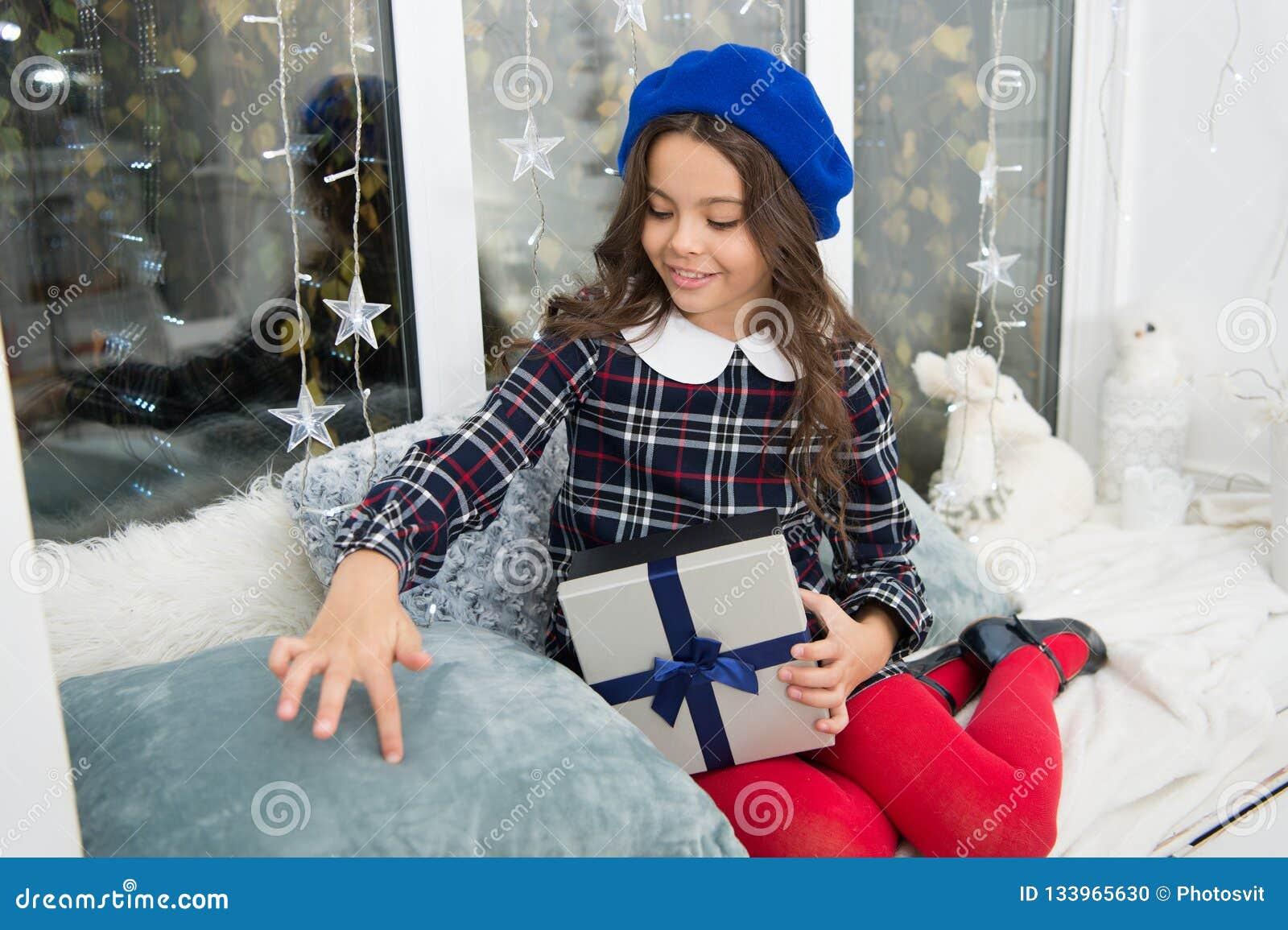το ευτυχές μικρό κορίτσι γιορτάζει τις χειμερινές διακοπές καλή χρονιά στενός κόκκινος χρόνος Χριστουγέννων ανασκόπησης επάνω Χαρ