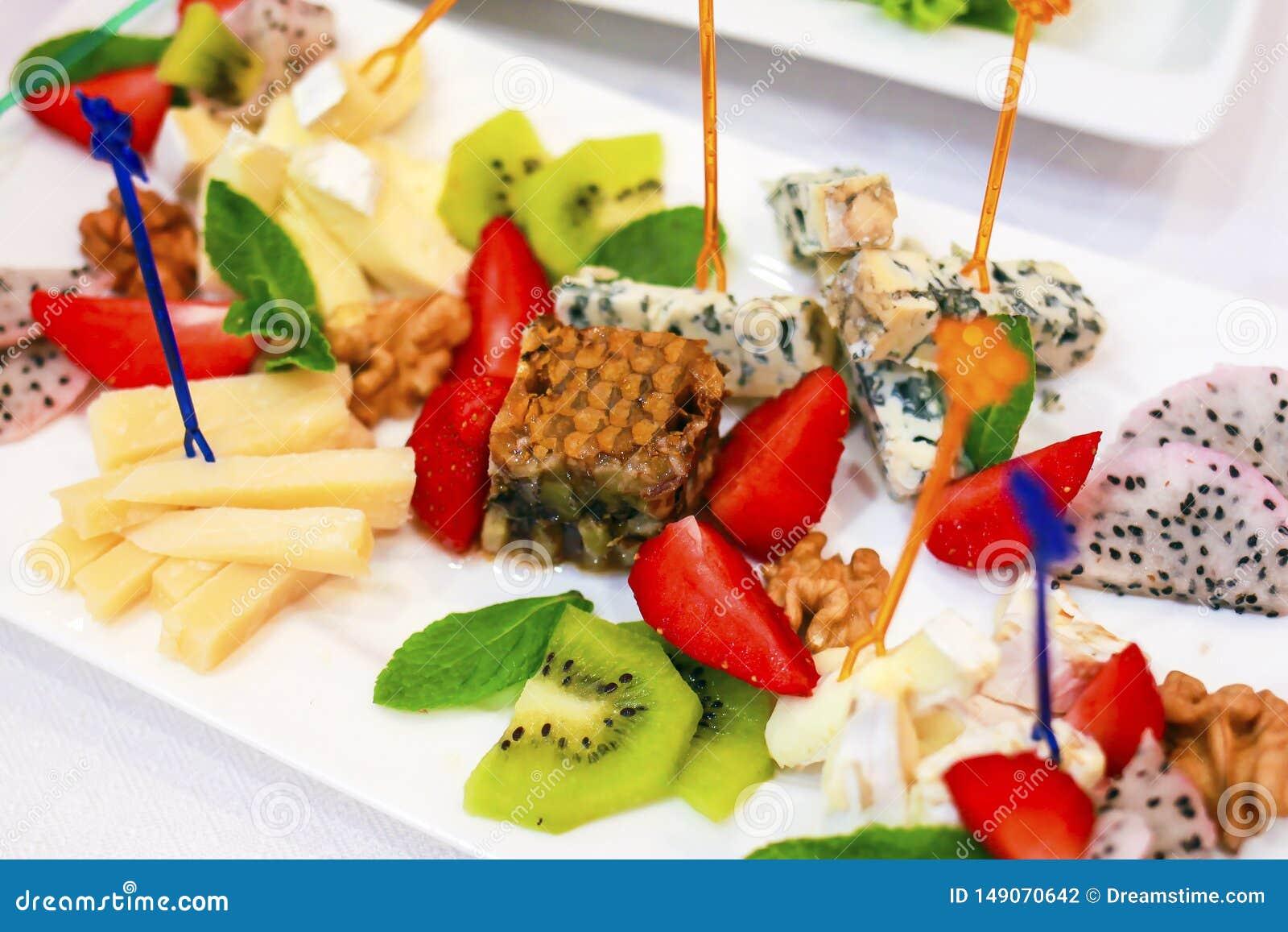 Το εύγευστο και όμορφο επιδόρπιο στο εστιατόριο έκανε από τους καρπούς του μελιού και του τυριού Τυρί ακτινίδιων φραουλών