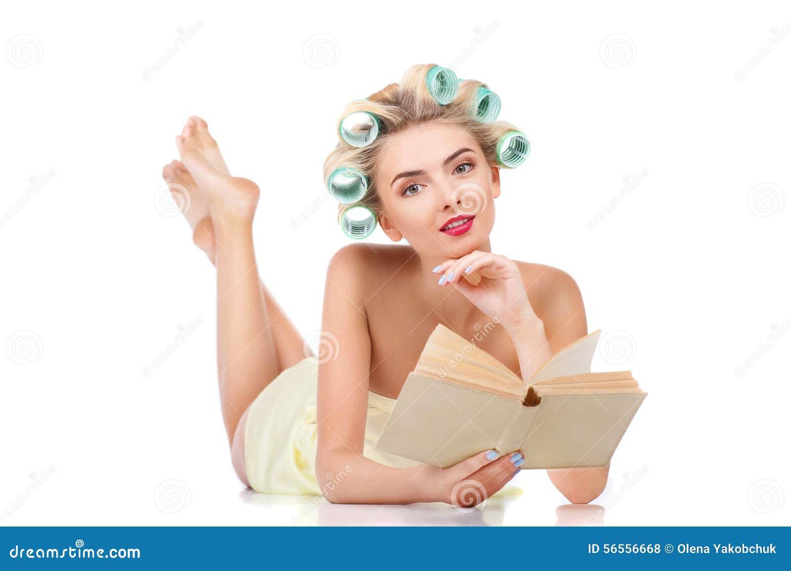 Download Το εύθυμο νέο ξανθό κορίτσι με τα ρόλερ χαλαρώνει Στοκ Εικόνες - εικόνα από ρόλερ, μόδα: 56556668