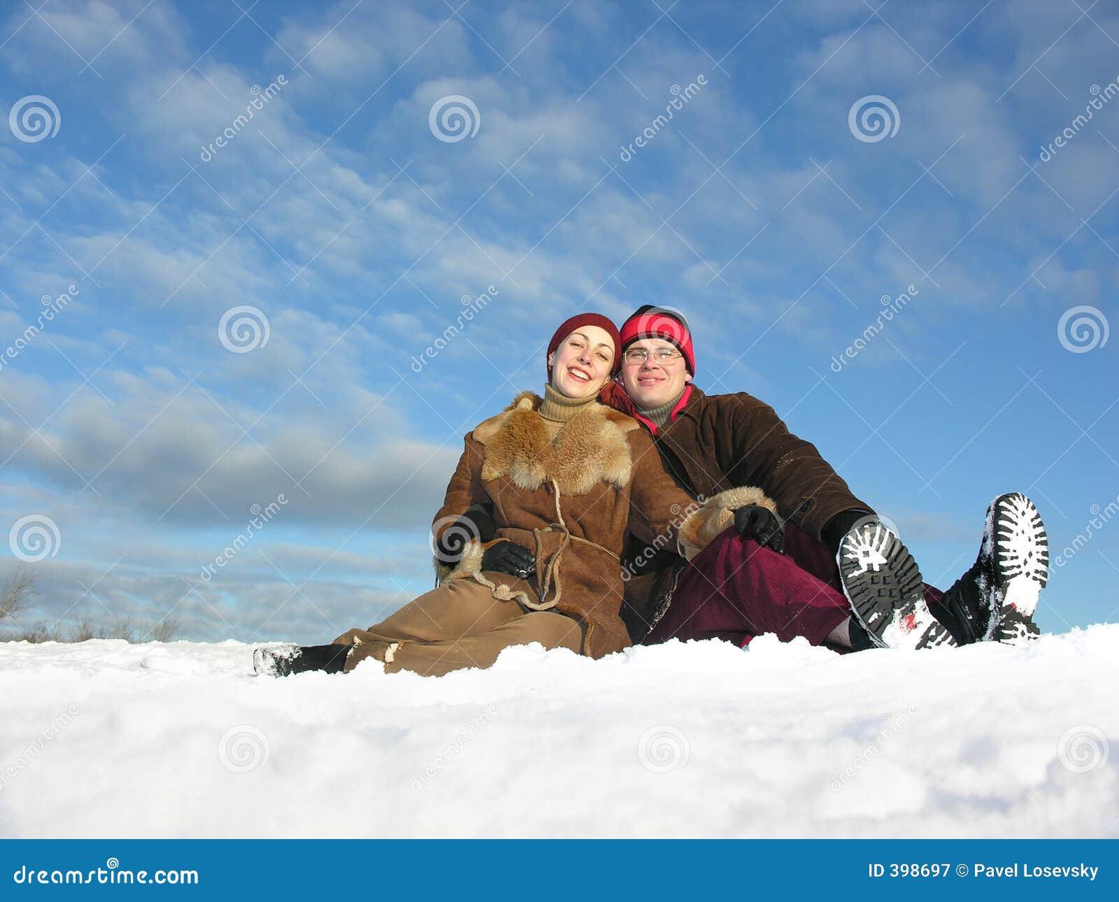 το ζεύγος κάθεται το χιόν